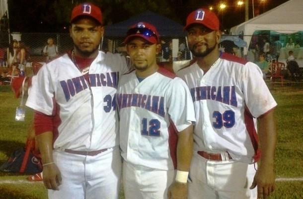 Julio-Díaz-Juan-Bueno-y-Alfis-Ramos-héroes-del-partido-en-que-República-Dominicana-venció-a-los-Estados-Unidos.-610x400